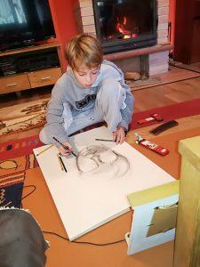 A. desenând