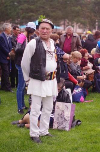 Mulți participanți cu în costume naționale